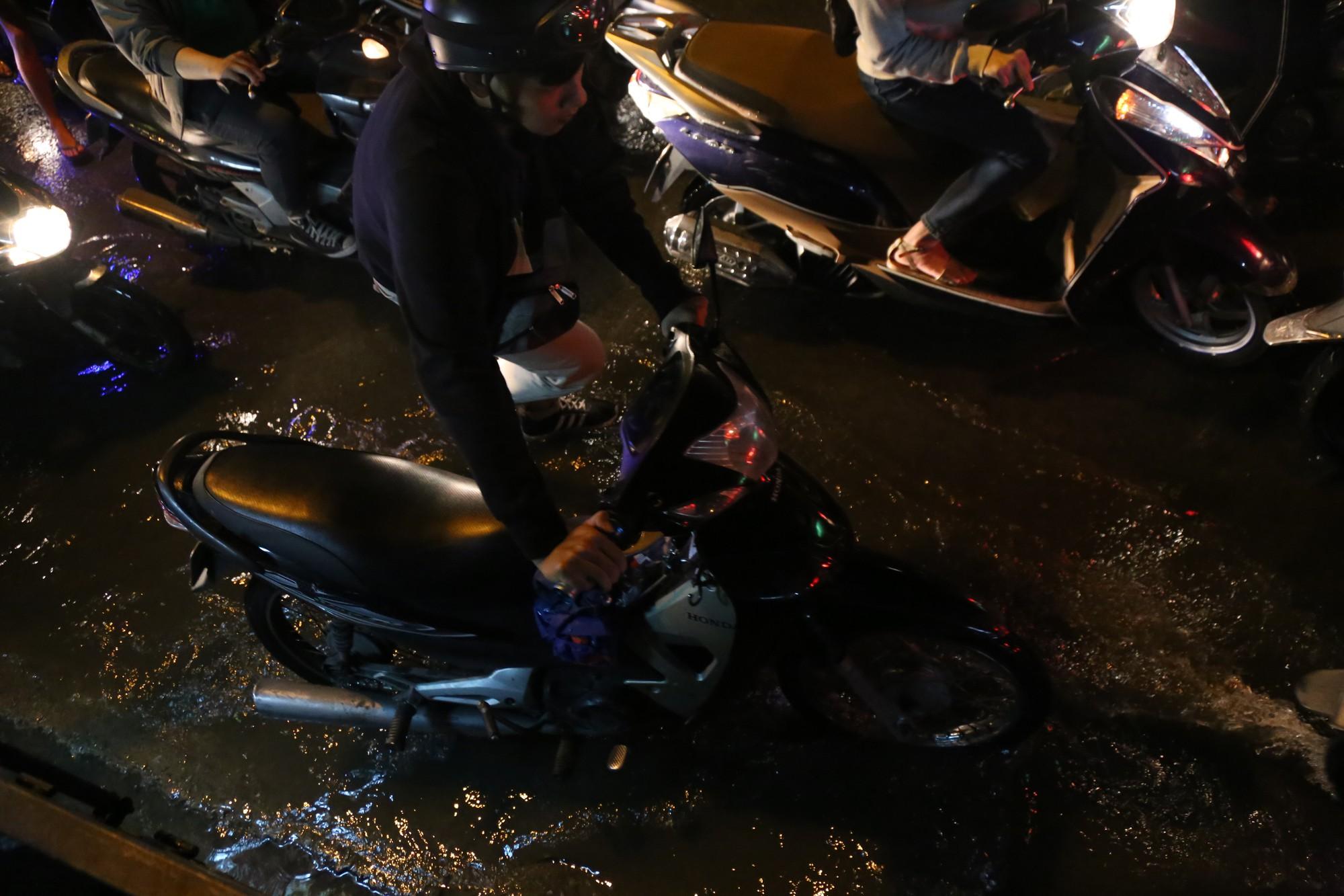 Sài Gòn ùn tắc kinh hoàng sau mưa lớn, trẻ em ngủ gục trên vai ba mẹ ngoài đường - Ảnh 12.