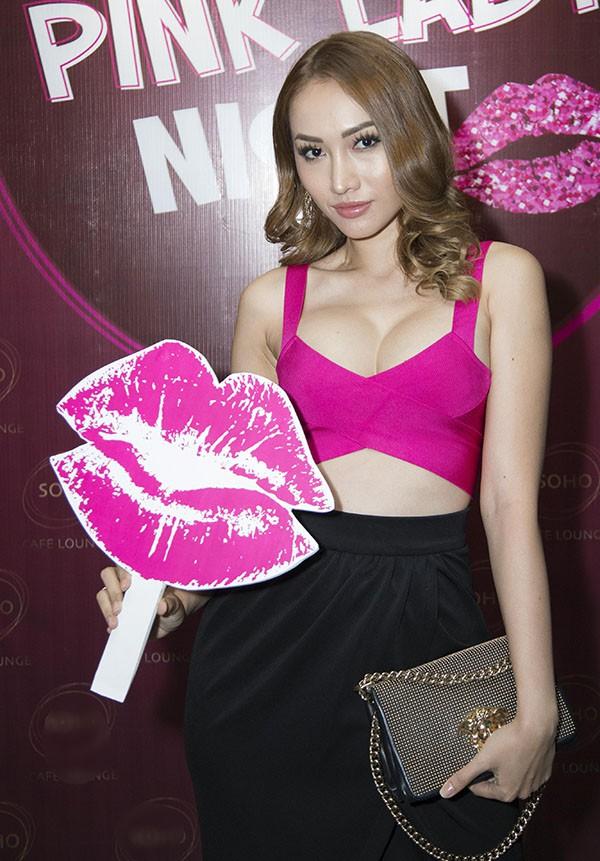 Hoa hậu con nhà giàu Jolie Nguyễn diện vest xẻ sâu quyến rũ - Ảnh 7.