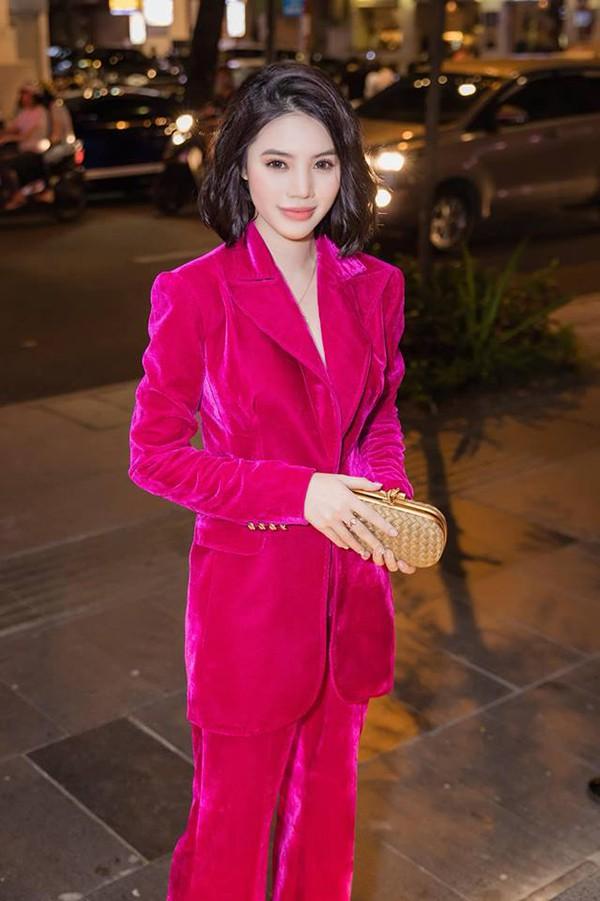 Hoa hậu con nhà giàu Jolie Nguyễn diện vest xẻ sâu quyến rũ - Ảnh 1.