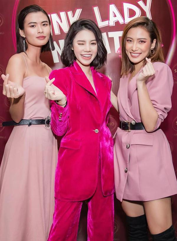 Hoa hậu con nhà giàu Jolie Nguyễn diện vest xẻ sâu quyến rũ - Ảnh 4.