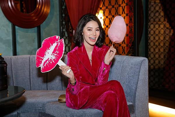 Hoa hậu con nhà giàu Jolie Nguyễn diện vest xẻ sâu quyến rũ - Ảnh 3.