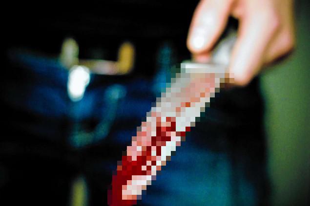 Cho rằng con dao là đạo cụ, cô gái không ngần ngại đã đâm thẳng vào tay bạn mình. (Ảnh minh họa)