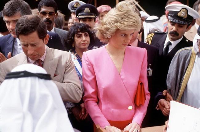 Hé lộ nguyên do thực sự khiến Công nương Diana thường cúi đầu, nhìn xuống dưới khi xuất hiện trước công chúng - Ảnh 1.