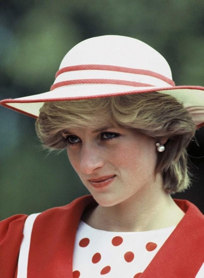 Hé lộ nguyên do thực sự khiến Công nương Diana thường cúi đầu, nhìn xuống dưới khi xuất hiện trước công chúng - Ảnh 2.