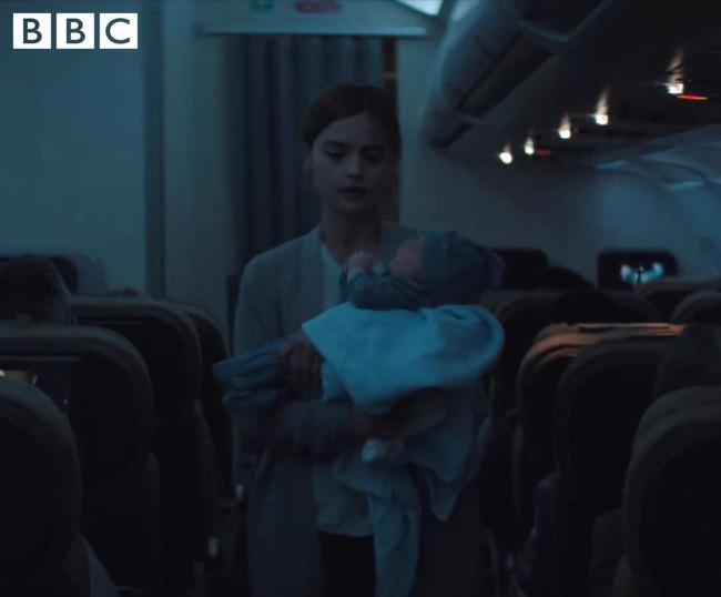 Bà mẹ phải bế con đứng dậy đi xung quanh máy bay để cố gắng dỗ con nín khóc.