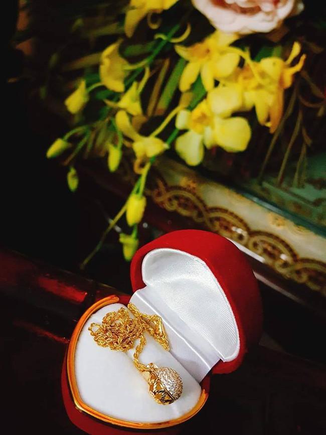 Vợ trẻ hào hứng khoe chồng tặng quà đắt tiền, nhưng chị em lại chỉ chú ý tới chiếc váy hoa mỏng tang - Ảnh 3.