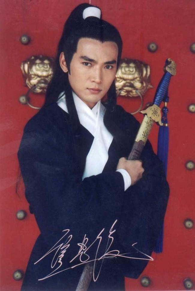 Tiêu Ân Tuấn: Nam thần của hàng vạn thiếu nữ suýt tự tử vì bị cắm sừng và bến đỗ bình yên ở tuổi 51 - Ảnh 1.