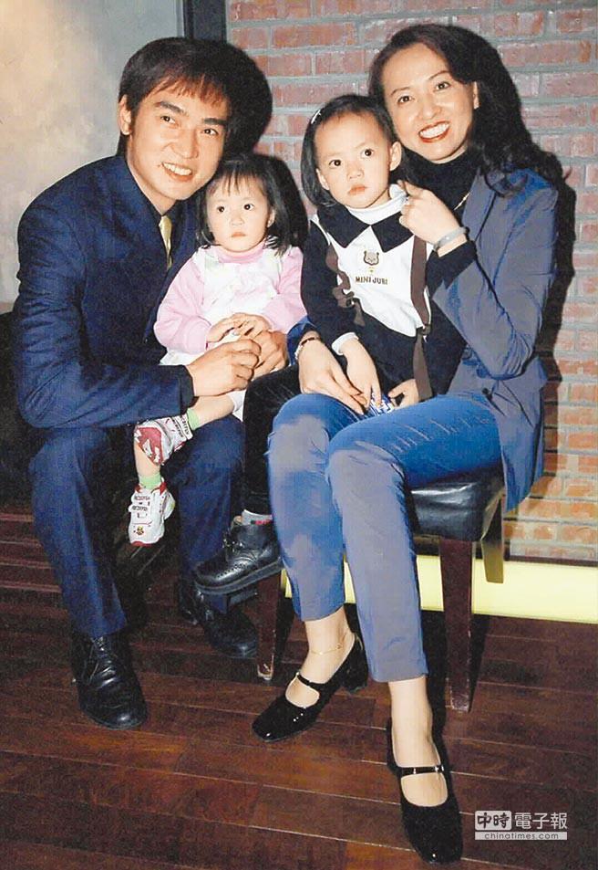 Tiêu Ân Tuấn: Nam thần của hàng vạn thiếu nữ suýt tự tử vì bị cắm sừng và bến đỗ bình yên ở tuổi 51 - Ảnh 5.