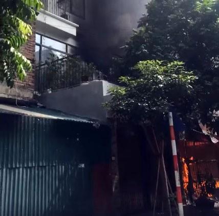 Hà Nội: Lửa ngùn ngụt bao trùm căn nhà, một phụ nữ được đưa đi cấp cứu - ảnh 1