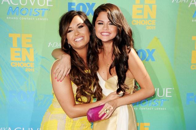 Đang ở trung tâm cai nghiện, Demi Lovato suy sụp khi nghe tin bạn thân Selena Gomez mang bệnh nặng - Ảnh 1.