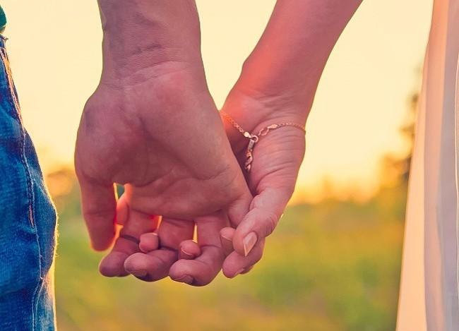 Bạn thường nắm tay người thương như thế nào? Nó tiết lộ khá nhiều điều đấy - Ảnh 1.