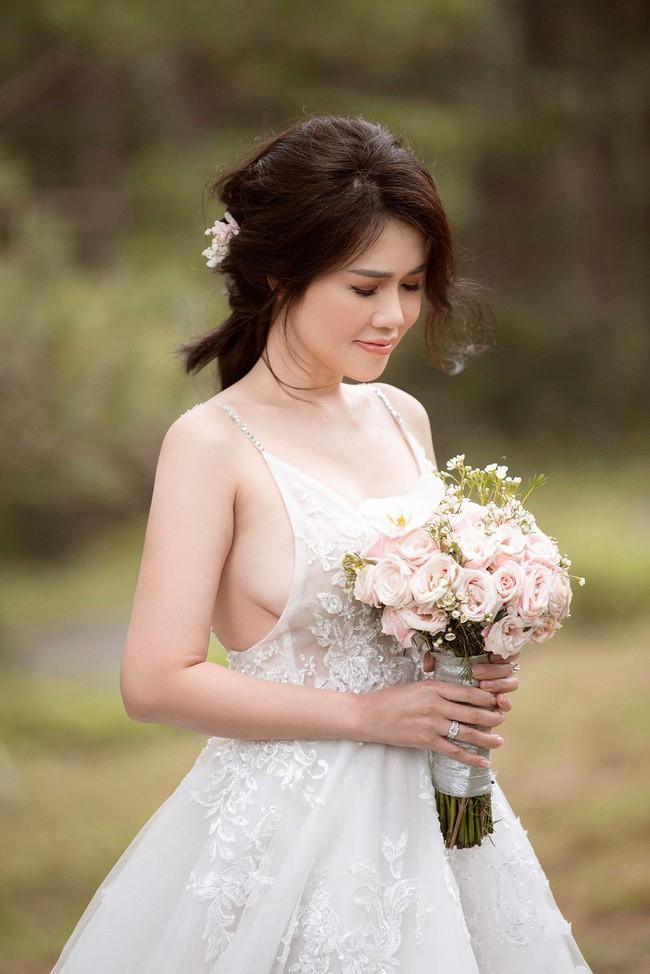 Sau một năm làm mẹ đơn thân, chị gái Ngọc Trinh sắp kết hôn lần 2, khoe ảnh cưới sexy không kém nữ hoàng nội y - Ảnh 11.