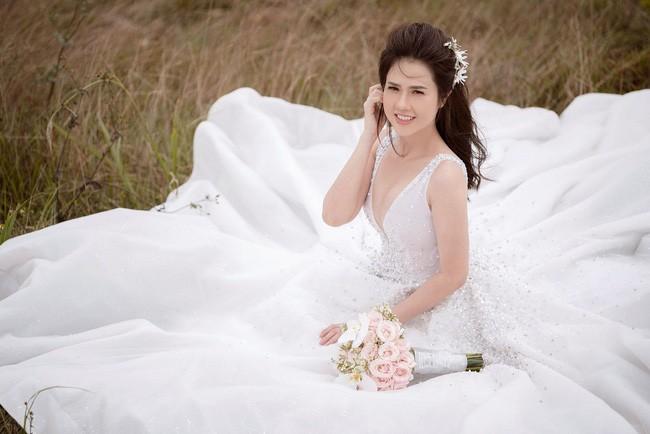 Sau một năm làm mẹ đơn thân, chị gái Ngọc Trinh sắp kết hôn lần 2, khoe ảnh cưới sexy không kém nữ hoàng nội y - Ảnh 12.