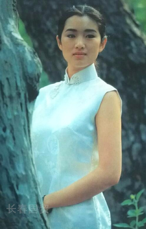 Hé lộ ảnh diện áo tắm thời thanh xuân của Củng Lợi, netizen khen ngợi: Quốc bảo nhan sắc của Trung Hoa - Ảnh 5.