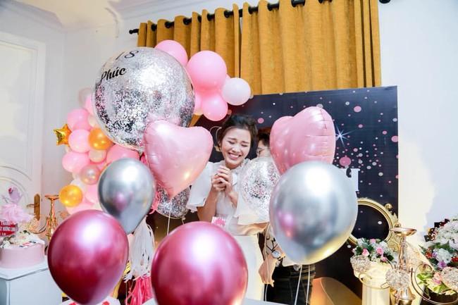 Mẹ đơn thân xinh đẹp gây choáng MXH khi khoe quà sinh nhật hàng trăm triệu đồng, vàng đếm mỏi tay, đồ hiệu chất đầy nhà - Ảnh 2.
