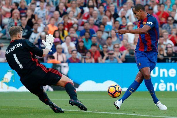 Barcelona tẩy chay Ronaldinho và Rivaldo vì lý do bất ngờ - Ảnh 1.