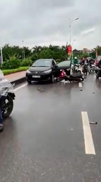 Tài xế mở cửa bất cẩn khiến người phụ nữ chạy xe máy bị kéo lê gần 10 km - vụ tai nạn ám ảnh - Ảnh 2.