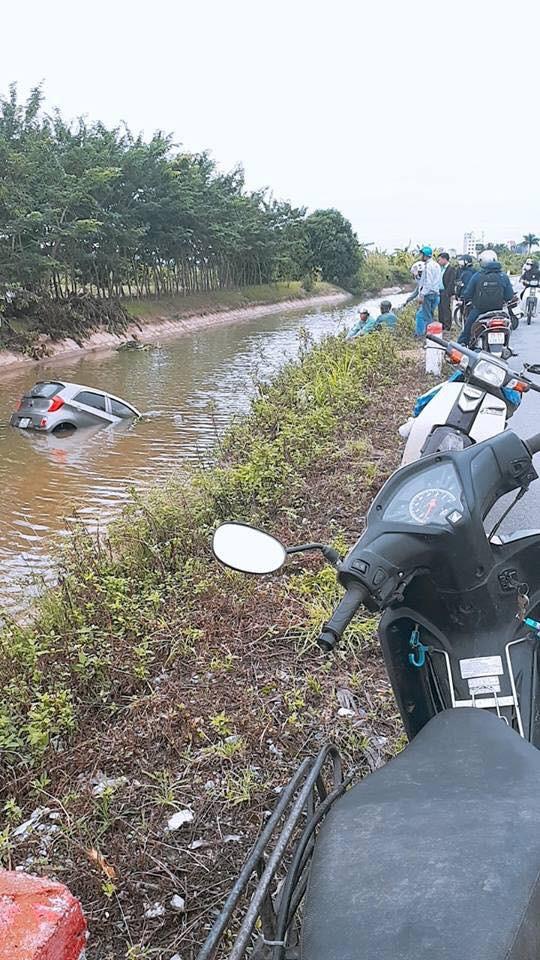 Pha nhấn ga bất cẩn của tài xế và cái kết ê chề dưới sông - Ảnh 2.