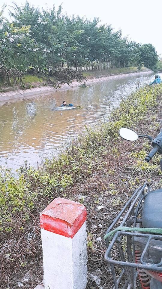 Pha nhấn ga bất cẩn của tài xế và cái kết ê chề dưới sông - Ảnh 1.