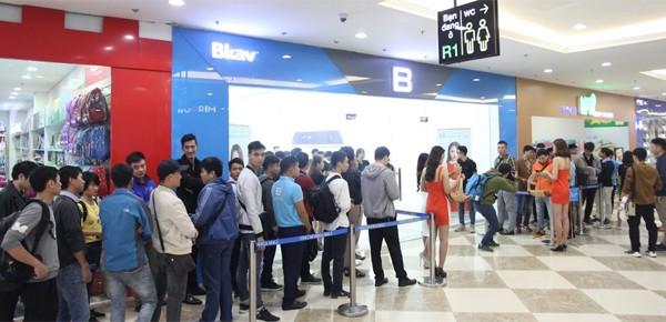 CEO Nguyễn Tử Quảng trao tận tay Bphone 3 cho những khách hàng đầu tiên - Ảnh 1.