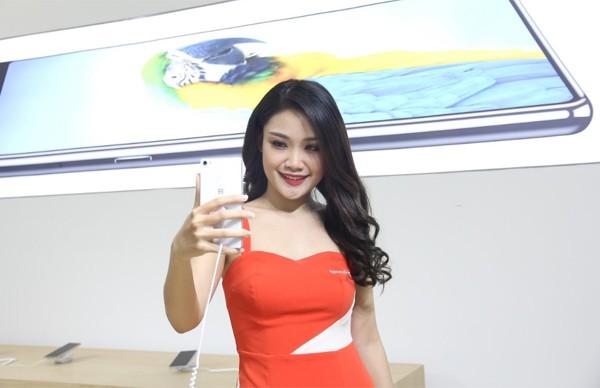 CEO Nguyễn Tử Quảng trao tận tay Bphone 3 cho những khách hàng đầu tiên - Ảnh 2.