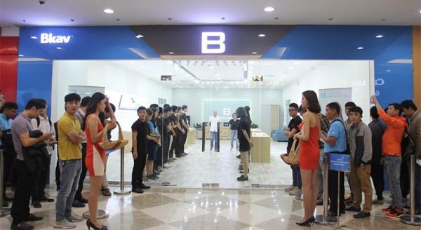 CEO Nguyễn Tử Quảng trao tận tay Bphone 3 cho những khách hàng đầu tiên - Ảnh 3.