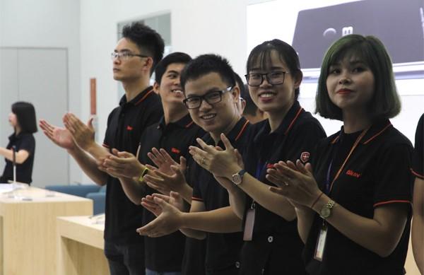 CEO Nguyễn Tử Quảng trao tận tay Bphone 3 cho những khách hàng đầu tiên - Ảnh 4.