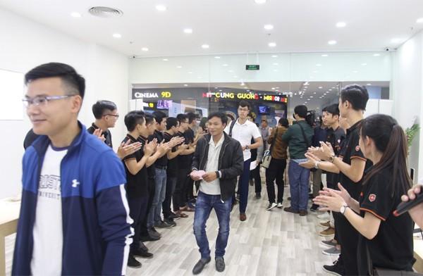 CEO Nguyễn Tử Quảng trao tận tay Bphone 3 cho những khách hàng đầu tiên - Ảnh 5.
