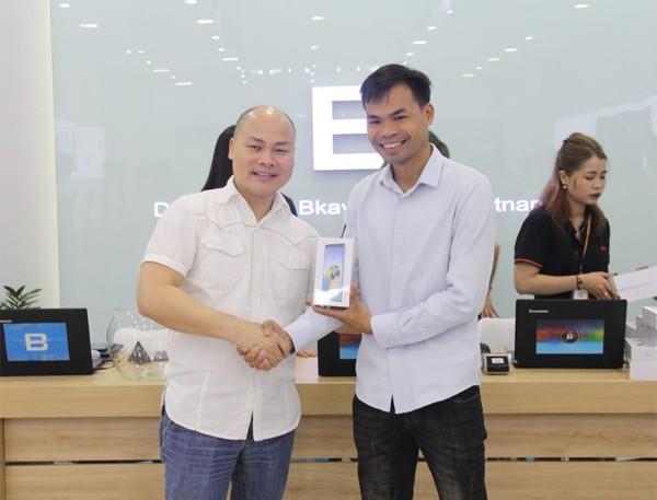 CEO Nguyễn Tử Quảng trao tận tay Bphone 3 cho những khách hàng đầu tiên - Ảnh 6.
