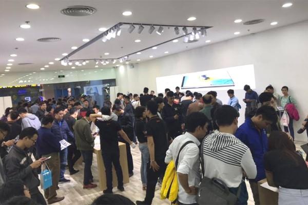 CEO Nguyễn Tử Quảng trao tận tay Bphone 3 cho những khách hàng đầu tiên - Ảnh 7.