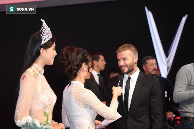 Hoa hậu Trần Tiểu Vy rạng rỡ sánh đôi bên David Beckham trên sân khấu ra mắt xe hơi VINFAST - Ảnh 9.