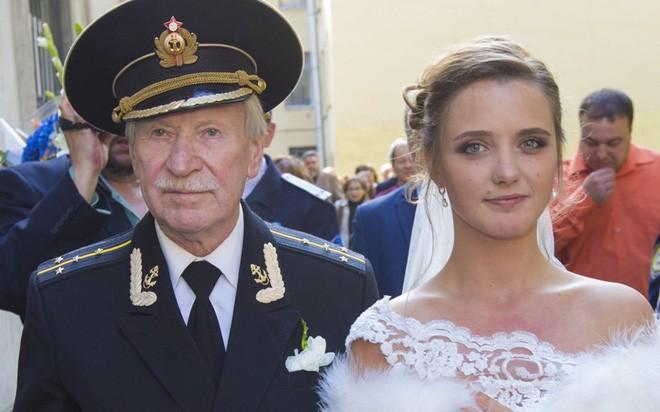 Vừa ly hôn vợ trẻ đáng tuổi cháu, tài tử U90 người Nga đã hẹn hò nhân tình kém 61 tuổi - Ảnh 1.