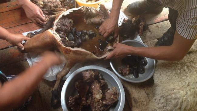 Dê nướng đá nóng - món ăn quốc hồn quốc túy của Mông Cổ được chế biến bằng phương pháp gây ám ảnh rợn người - Ảnh 3.