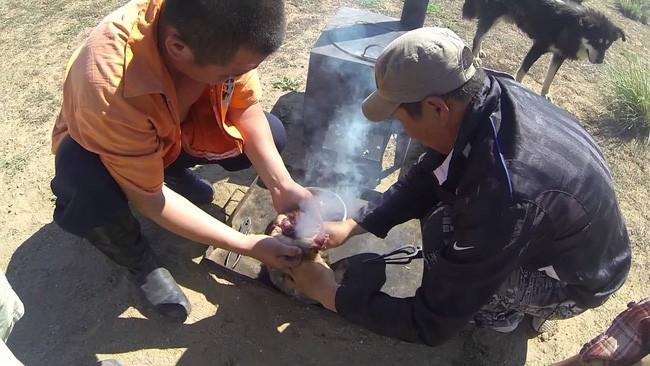 Dê nướng đá nóng - món ăn quốc hồn quốc túy của Mông Cổ được chế biến bằng phương pháp gây ám ảnh rợn người - Ảnh 4.