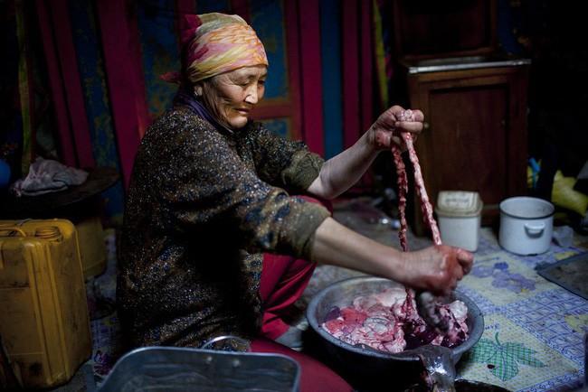 Dê nướng đá nóng - món ăn quốc hồn quốc túy của Mông Cổ được chế biến bằng phương pháp gây ám ảnh rợn người - Ảnh 5.