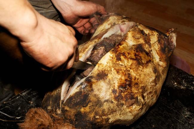 Dê nướng đá nóng - món ăn quốc hồn quốc túy của Mông Cổ được chế biến bằng phương pháp gây ám ảnh rợn người - Ảnh 6.