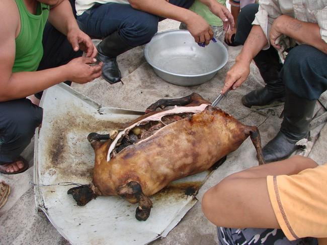 Dê nướng đá nóng - món ăn quốc hồn quốc túy của Mông Cổ được chế biến bằng phương pháp gây ám ảnh rợn người - Ảnh 7.