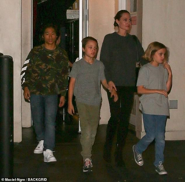 Pax Thiên xuất hiện cá tính, vẻ mặt đầy lạnh lùng khi đi ăn cùng Angelina Jolie và các em - Ảnh 1.