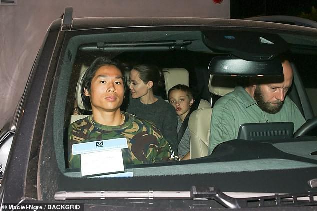 Pax Thiên xuất hiện cá tính, vẻ mặt đầy lạnh lùng khi đi ăn cùng Angelina Jolie và các em - Ảnh 3.