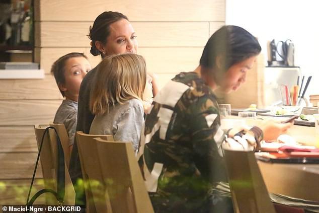 Pax Thiên xuất hiện cá tính, vẻ mặt đầy lạnh lùng khi đi ăn cùng Angelina Jolie và các em - Ảnh 7.