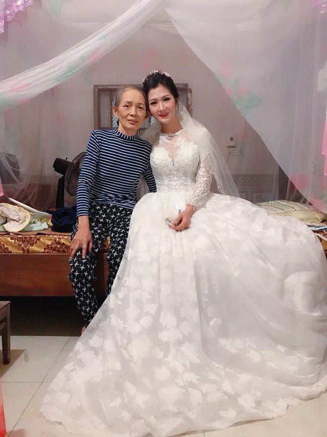 Phía sau bức ảnh cô dâu lau nước mắt chào người thân về nhà chồng: Mẹ mình bị ung thư, từ giờ ai sẽ đưa mẹ đi viện... - Ảnh 6.
