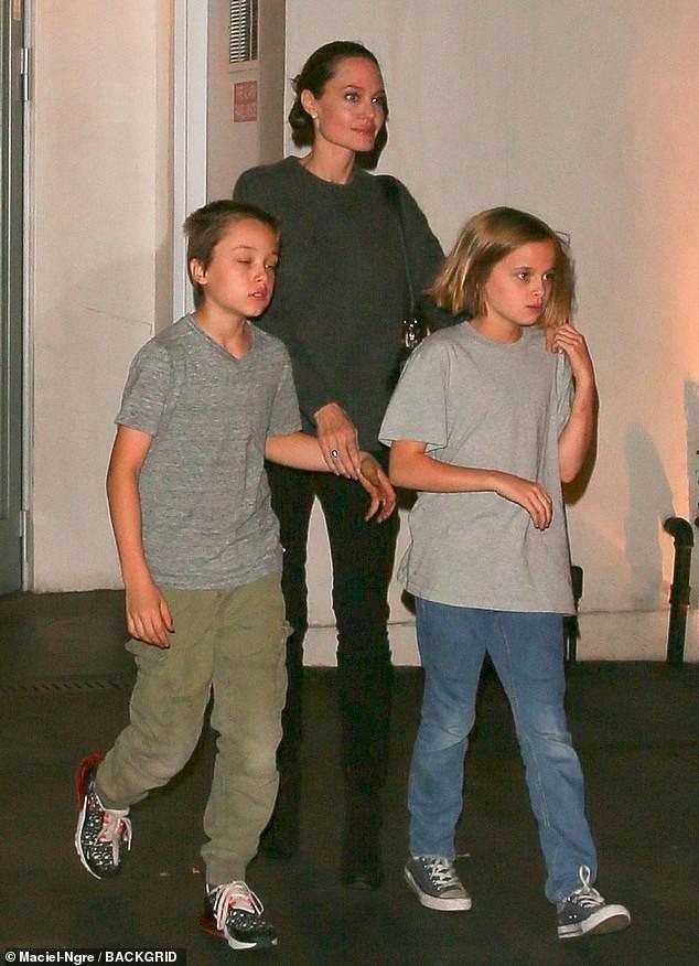 Pax Thiên xuất hiện cá tính, vẻ mặt đầy lạnh lùng khi đi ăn cùng Angelina Jolie và các em - Ảnh 8.