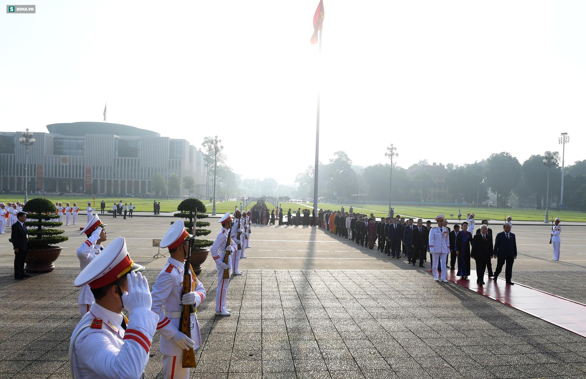 Đại biểu Quốc hội viếng Chủ tịch Hồ Chí Minh - Ảnh 4.