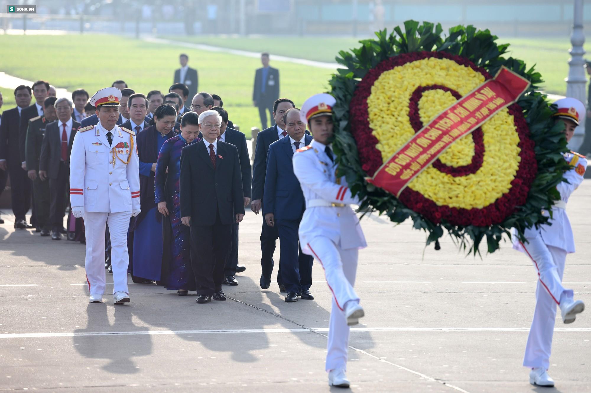 Đại biểu Quốc hội viếng Chủ tịch Hồ Chí Minh - Ảnh 3.