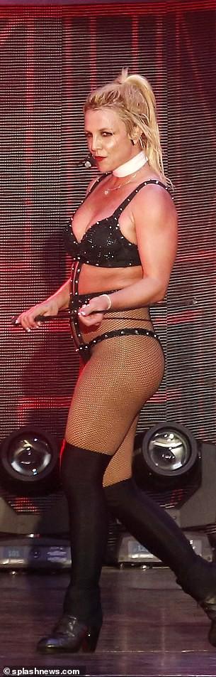 Britney Spears lộ eo ngấn mỡ, dáng thô khi diện đồ gợi cảm quá mức - Ảnh 2.