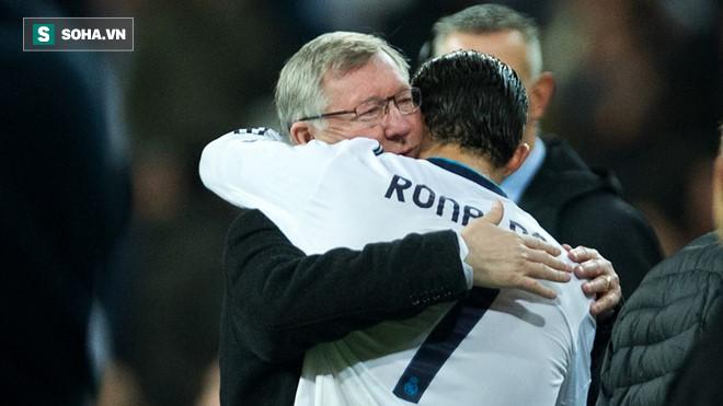 Hết vẫy tay, hôn gió, Ronaldo lại làm CĐV Man United cảm động với bức ảnh cùng Sir Alex - Ảnh 1.