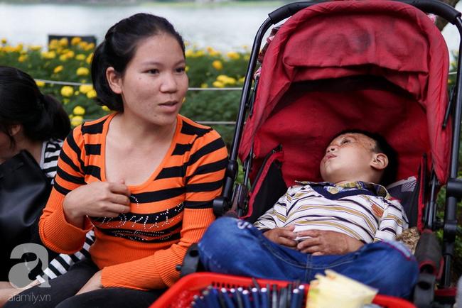 Giấc mơ bên chiếc xe nôi của mẹ em bé 4 tuổi, 2 năm không thể khép mi ngủ, cuối tuần đưa nhau lên phố đi bộ bán hàng - Ảnh 1.