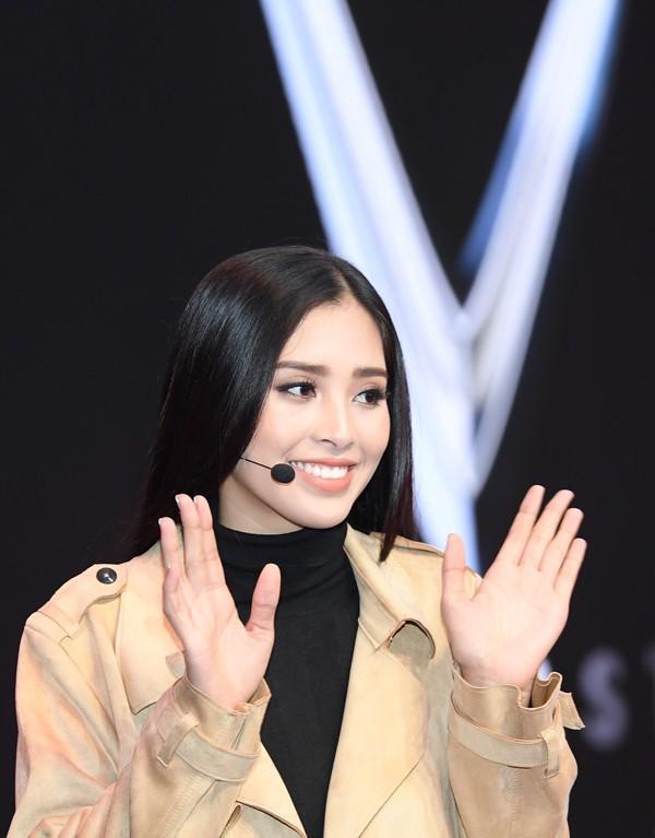 Hoa hậu Trần Tiểu Vy thay đổi chóng mặt sau 2 tuần đăng quang - Ảnh 6.