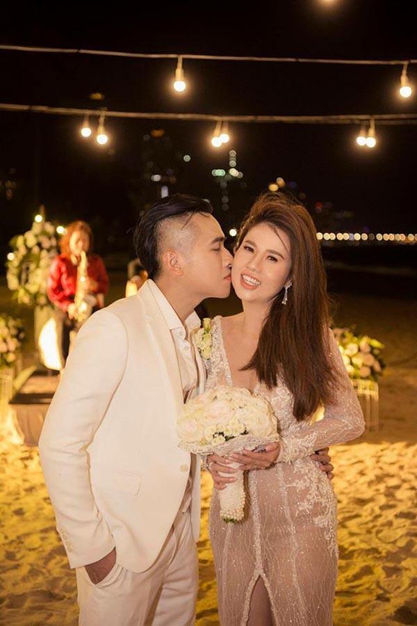 Đám cưới chị ruột Ngọc Trinh: Cô dâu diện đầm nóng bỏng, cười hạnh phúc bên chú rể kém tuổi - ảnh 12