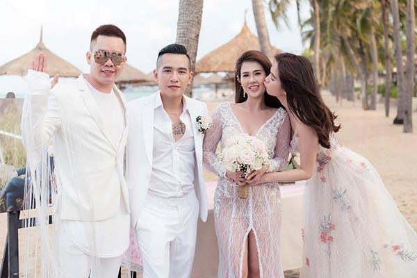 Đám cưới chị ruột Ngọc Trinh: Cô dâu diện đầm nóng bỏng, cười hạnh phúc bên chú rể kém tuổi - ảnh 9